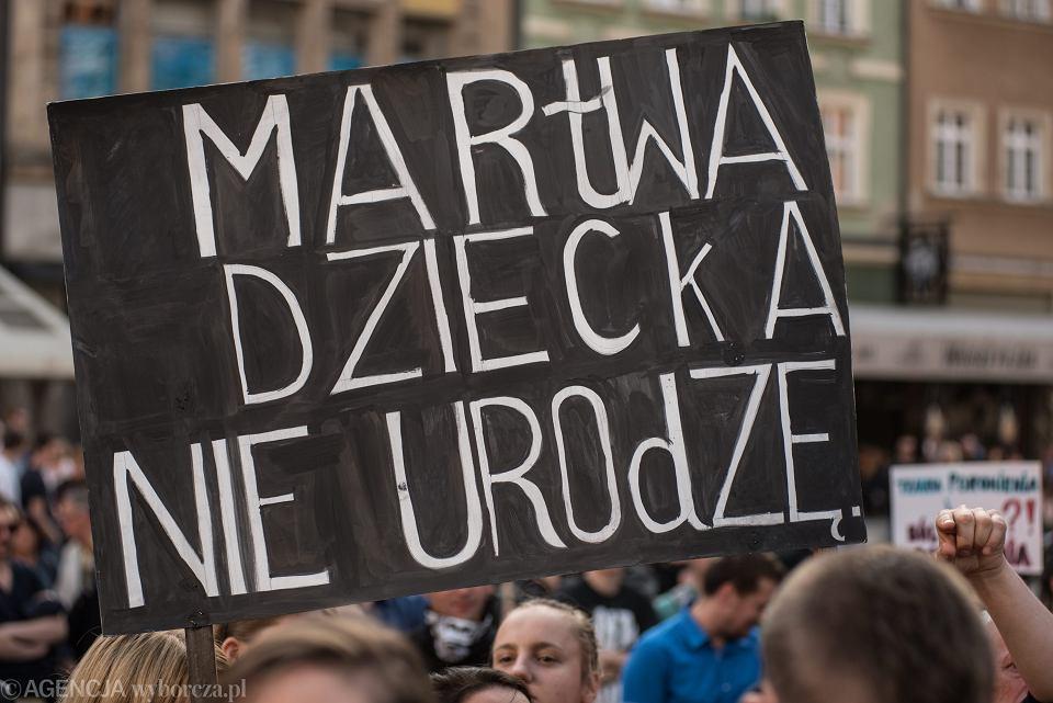 Kobiety zapowiadają strajk w czarny poniedziałek. Na zdjęciu: czarny protest we Wrocławiu, 25.09.2016