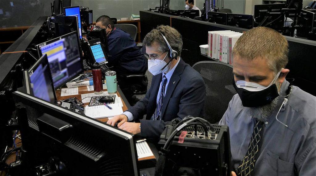 Bob Dempsey i Edward Van Cise, dyrektorzy programu Starliner prowadzą komputerową symulację lotu kapsuły