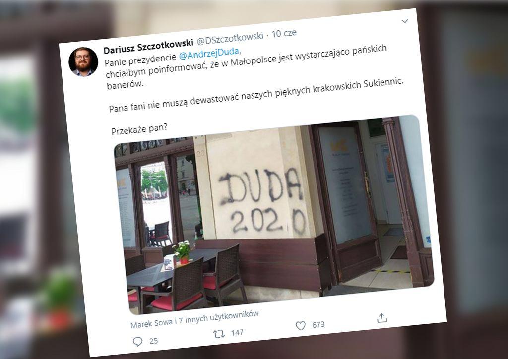 Napis 'DUDA 2020' na murze Sukiennic w Krakowie