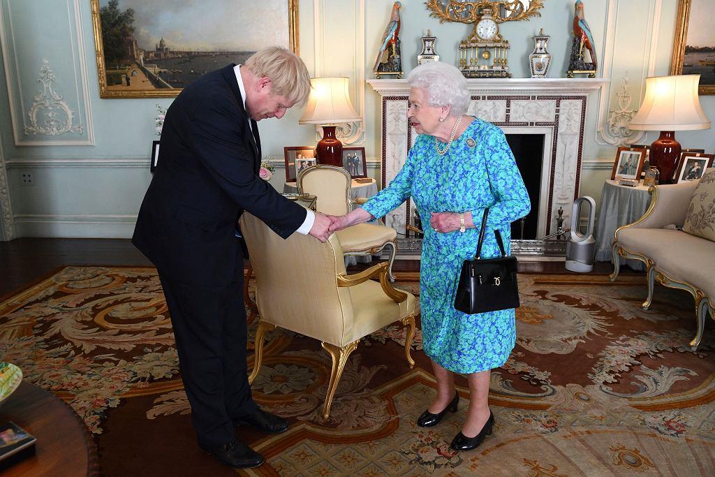 Boris Johnson podczas audiencji prywatnej u królowej Elżbiety II.