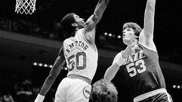 Mark Eaton w barwach Utah Jazz (z prawej)