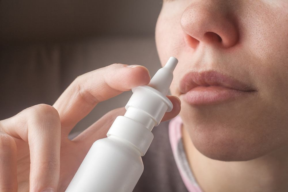 Krople do nosa są często najlepszym sposobem na katar, który zazwyczaj towarzyszy przeziębieniu oraz u osób chorujących na alergię.