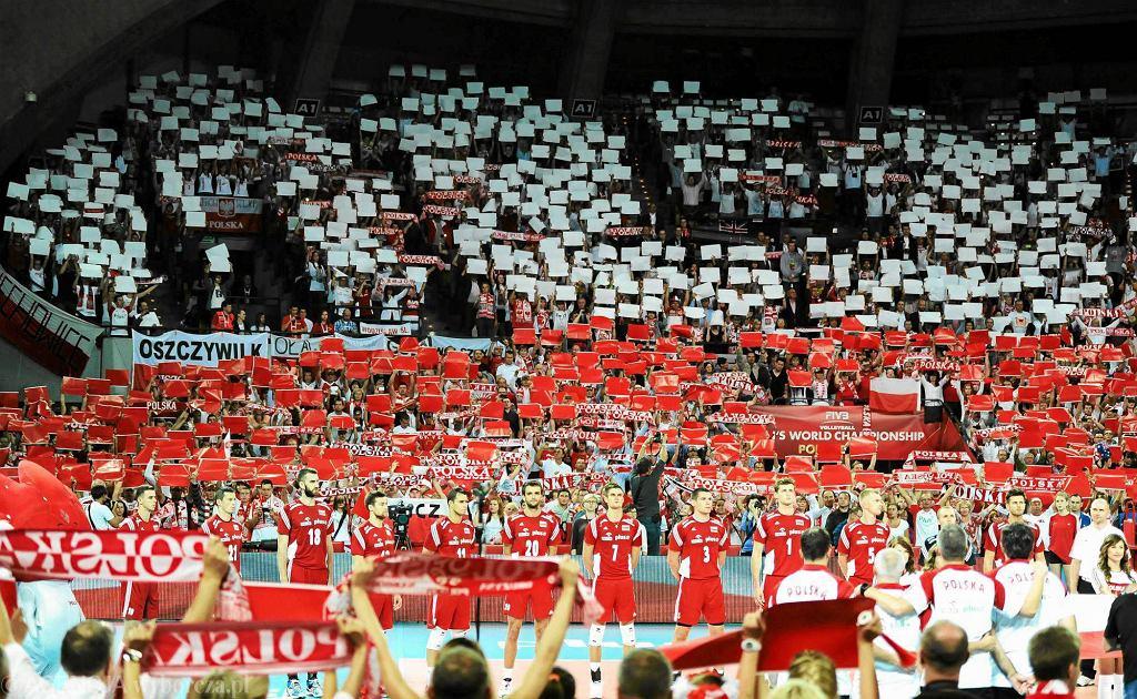 Biało-czerwone morze kibiców w Hali Stulecia podczas hymnu narodowego