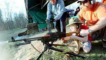 Broń w USA. Gdy rodzina wpada z wizytą, arsenał ląduje w sejfie, bo Lance nie chce zobaczyć wnuków przypadkowo postrzelonych