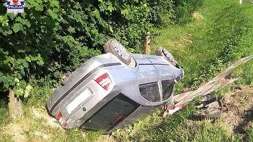 Prowadzone przez 38-latkę auto dachowało