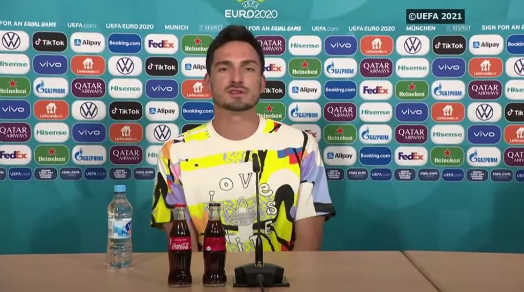 UEFA nie zgadza się na podświetlenie stadionu w tęczowe barwy. Wymowna koszulka Hummelsa