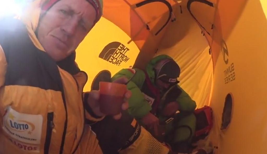 Denis Urubko i Adam Bielecki w namiocie na wysokości 7200 m