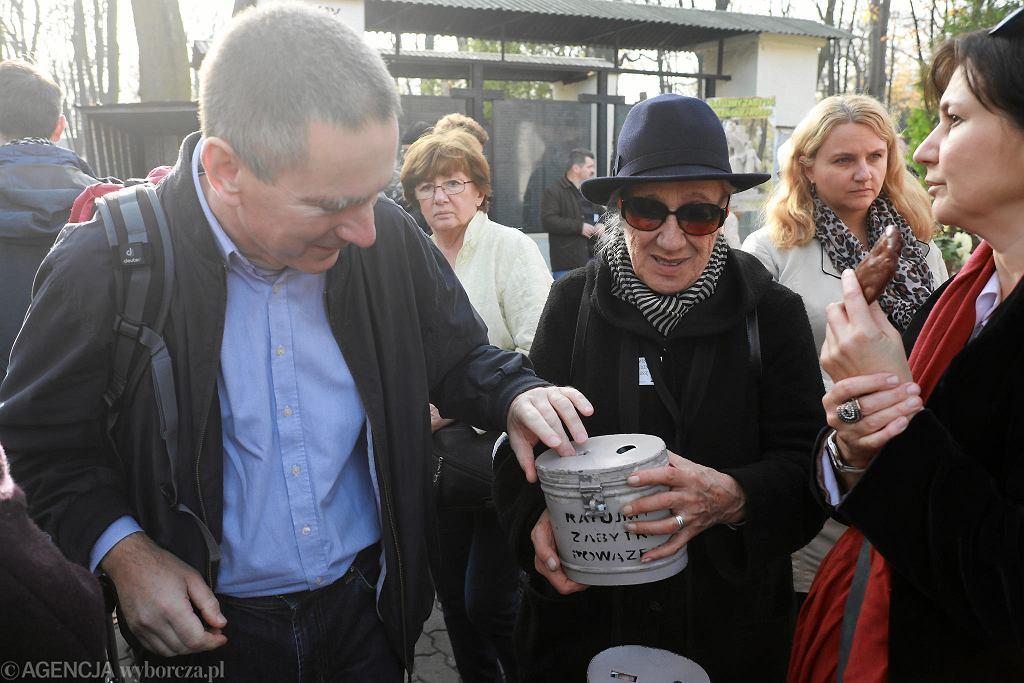 Przeszło 250 osób - wśród nich artyści, pisarze, dziennikarze i politycy - bierze udział w kweście na Starych Powązkach.