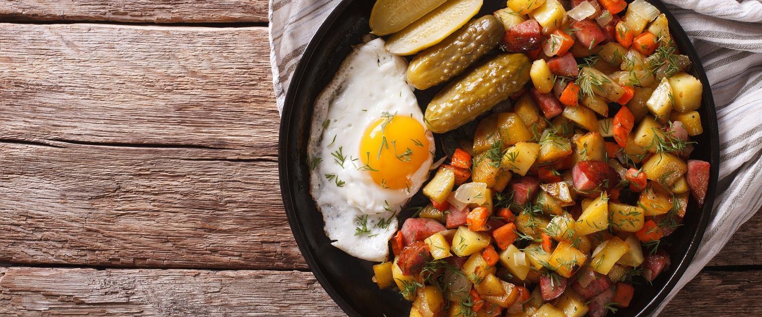 Pyttipannu to jedno z klasycznych dań kuchni skandynawskiej (fot. Shutterstock)
