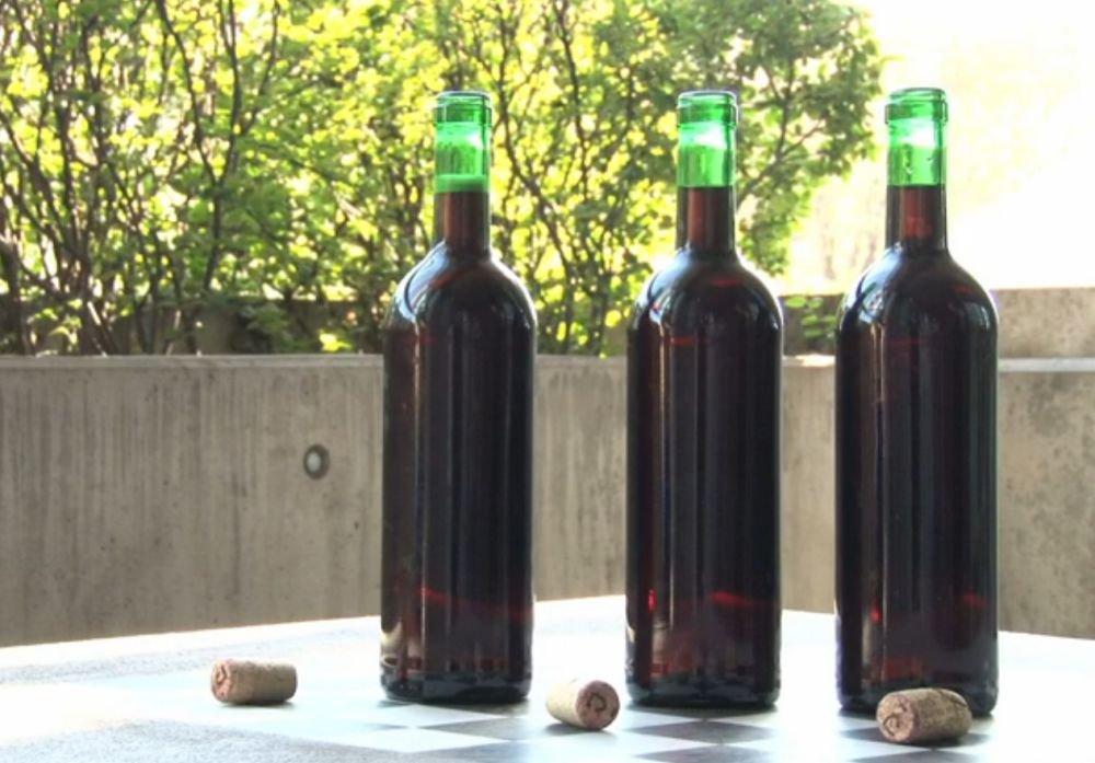 Jak otworzyć wino bez otwieracza?
