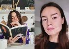 Kasia Smutniak pozuje z książką i pokazuje plamy po bielactwie. Nie wstydzi się swojej choroby