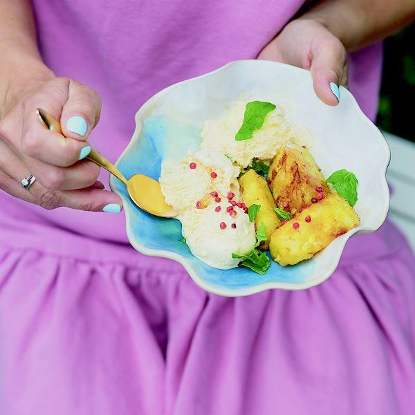 Grillowany ananas zróżowym pieprzem ilodami waniliowymi