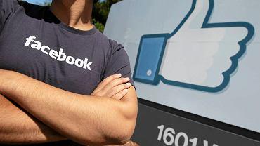 Pracownik Facebooka przed siedzibą firmy w Menlo Park