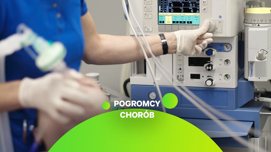 Anestezjolog monitoruje stan pacjenta w znieczuleniu ogólnym