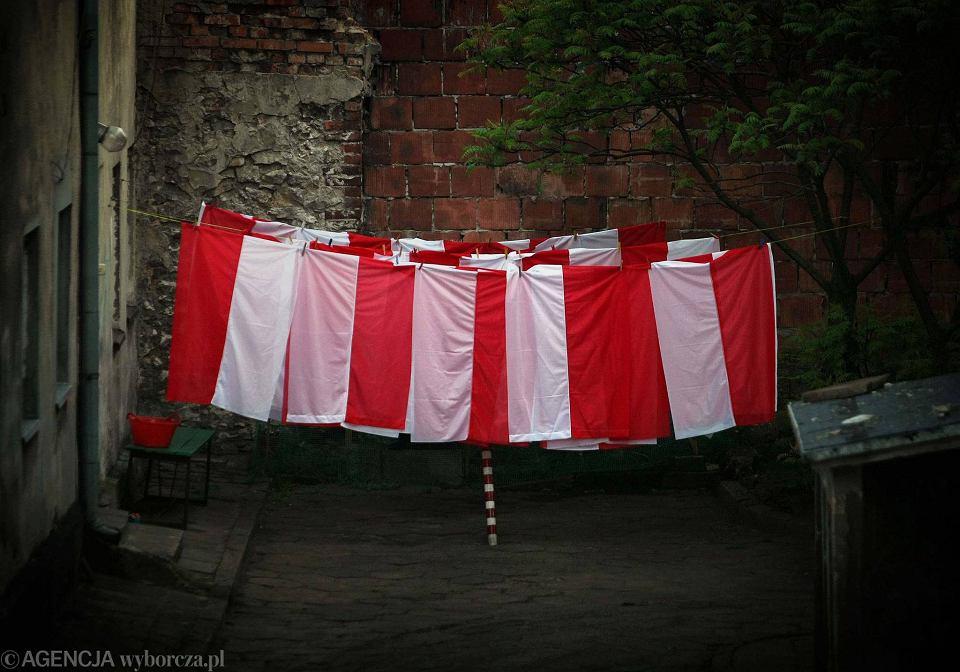 Częstochowa, ul. Racławicka. Flagi po praniu
