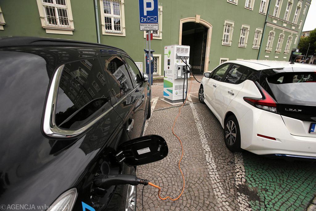 W Polsce jest coraz więcej samochodów elektrycznych, przybywa też stacji ładowania