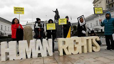 Protest przed Pałacem Prezydenckim w Warszawie przeciw zwiększaniu uprawnień policji i służb specjalnych zorganizowany przez fundację Panoptykon wspólnie z Amnesty International Polska i Akcją Demokracja, 5 lutego