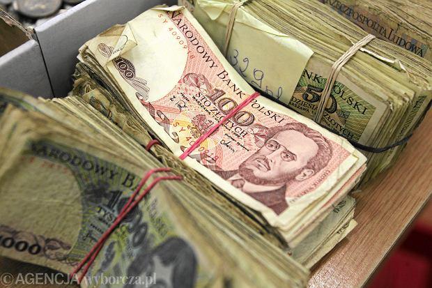 Plik starych banknotów (fot. Cezary Aszkiełowicz / Agencja Gazeta)