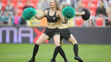GKS Tychy ma nową grupę cheerleaderek. - To grupa zawodowych tancerek, która na swoim koncie ma wiele indywidualnych sukcesów. Teraz dziewczyny połączyły siły i wystąpiły przed tyską publicznością. Zespół na meczach występuje w specjalnie przygotowanych strojach. W przyszłości cheerleaderki mają wspierać hokeistów oraz koszykarzy GKS-u Tychy - wyjaśnia Krzysztof Trzosek, rzecznik prasowy spółki Tyski Sport.