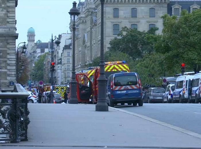Atak nożownika na komisariat w Paryżu