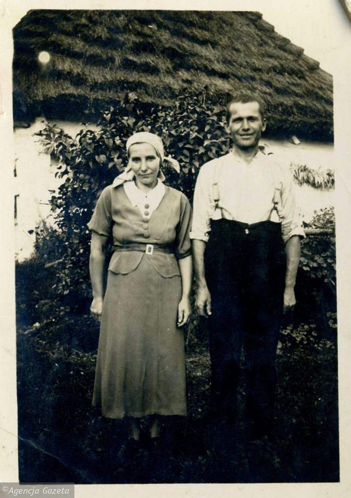 Bronisława i Andrzej Sabikowie przed swoim starym domem w Wysokiej Strzyżowskiej