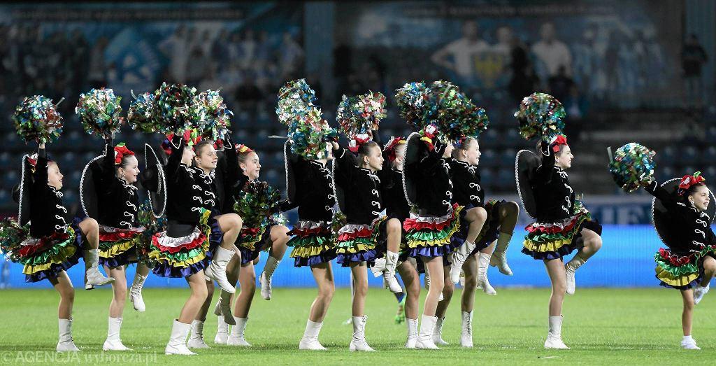 Zespół taneczny podczas meczu Ruchu Chorzów z Piastem Gliwice