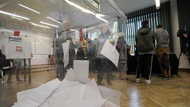 Urna wyborcza podczas wyborów parlamentarnych 2019 r. w Warszawie