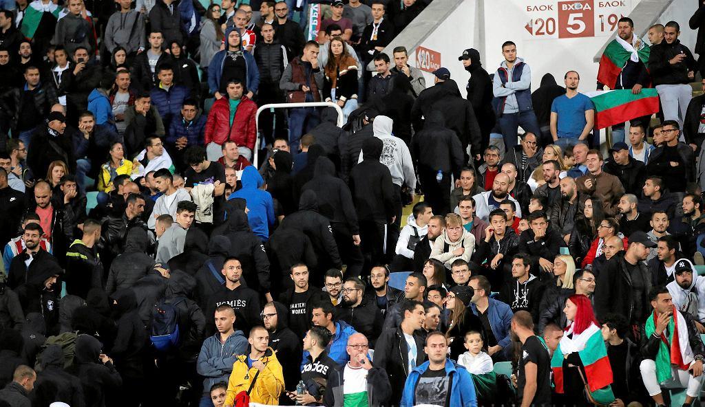 Bułgarscy chuligani wyprowadzani ze stadionu w Sofii podczas meczu Bułgaria - Anglia