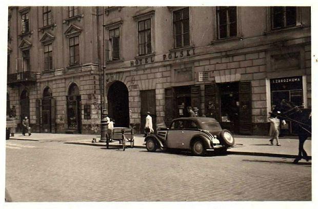 Hotel Polski przy ul. Długiej 29 na fotografii anonimowego autora wykonanej najprawdopodobniej w 1941 r. Podczas powstania warszawskiego wybudowany w 1808 r. budynek został niemal całkowicie zniszczony, ocalał tylko front. Odbudowano go po wojnie, dziś również jest hotelem i zachował starą nazwę