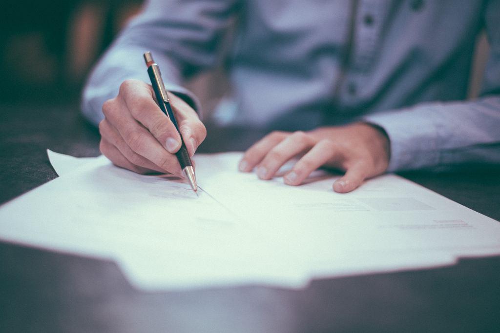 podpisanie umowy (zdjęcie ilustracyjne)