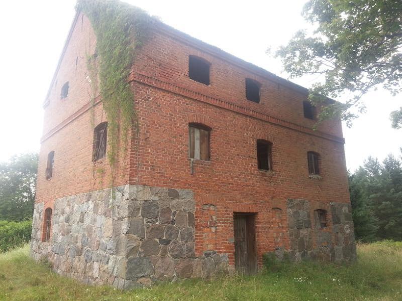 Dziś po majątku Schmelingów zostały relikty pierwotnego układu zabudowy i kamienne pozostałości budynków gospodarczych