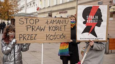 Protest Strajku Kobiet pod kościołem św. Anny w Warszawie