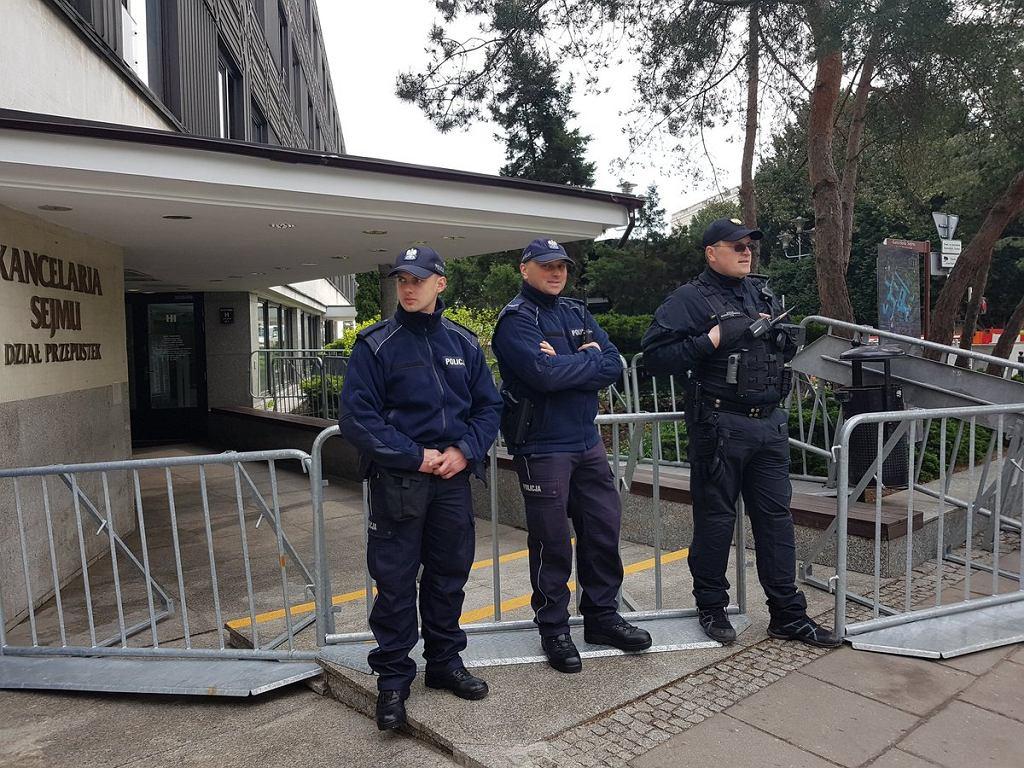 Policjanci pilnujący Sejmu