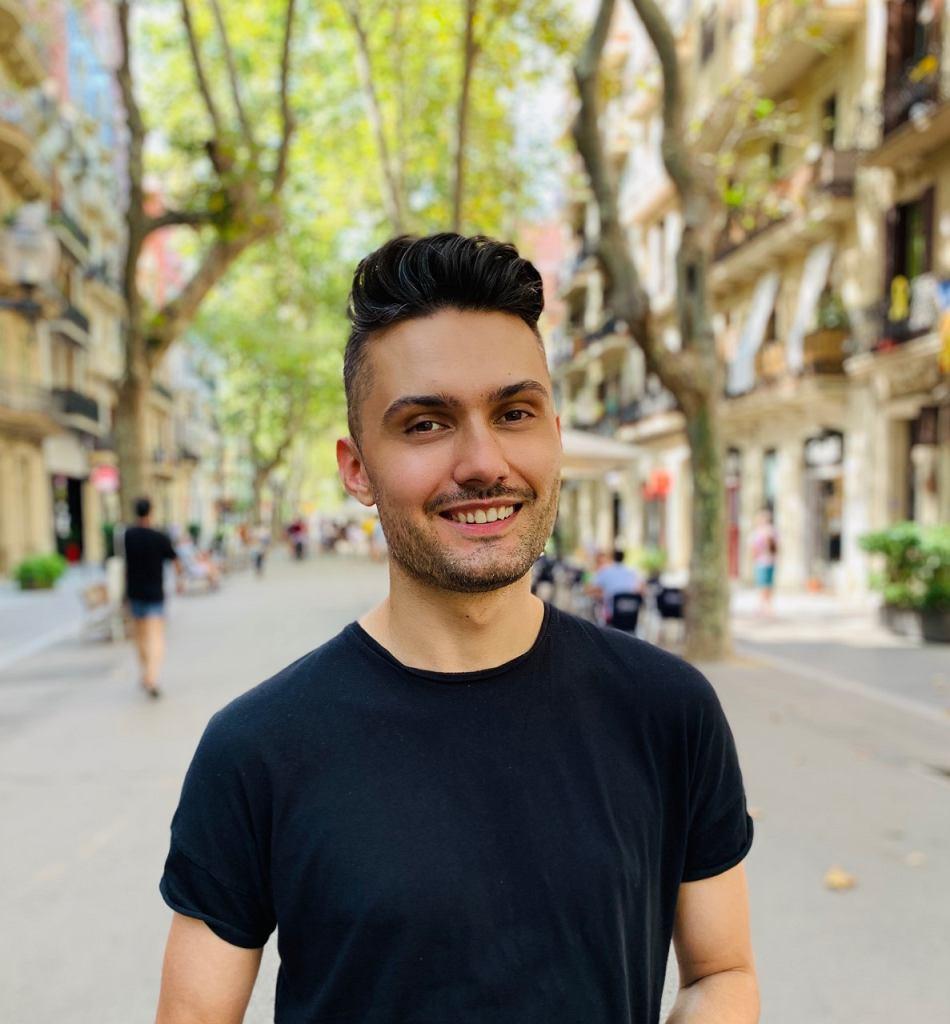 Piotr Grabarczyk, znany także jako Grabari, jest dziennikarzem i blogerem, autorem cyklu '#zorientowani'. Niedawno ukazał się jego e-book 'Mamo jestem gejem. Tato jestem lesbijką. Rodzice osób LGBT+ wychodzą z szafy'.