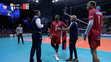 Earvin N'Gapeth dyskutujący z sędzią w meczu z Niemcami, siatkarskie ME. Źródło: Polsat Sport