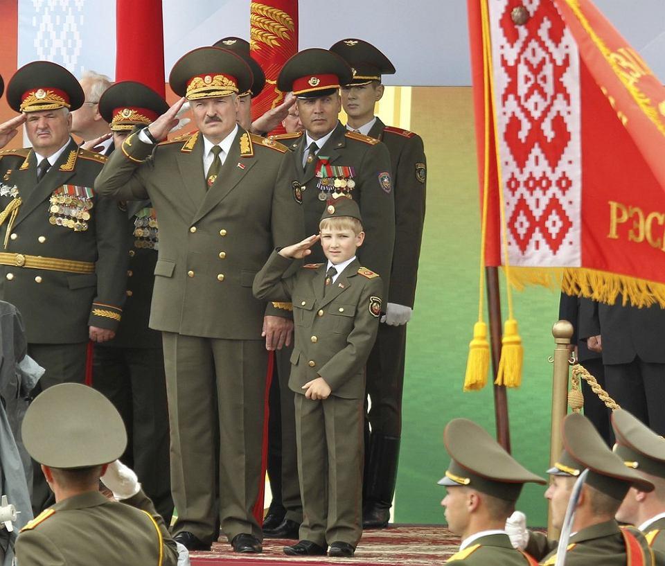 7-letni Kola Łukaszenka razem z ojcem przyjmuje paradę z okazji Dnia Niepodległości Białorusi. Mińsk, 3 lipca 2011 r.