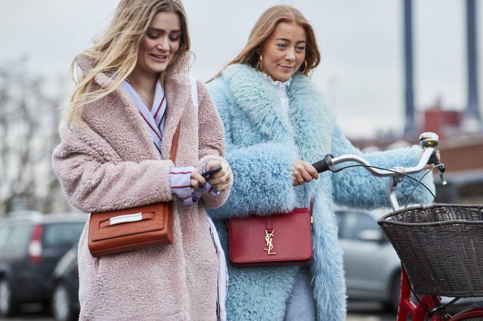 Kobiety w pastelowych płaszczach