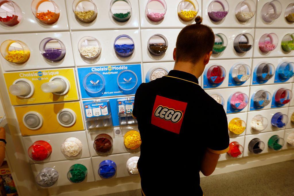 Pracownik sklepu Lego