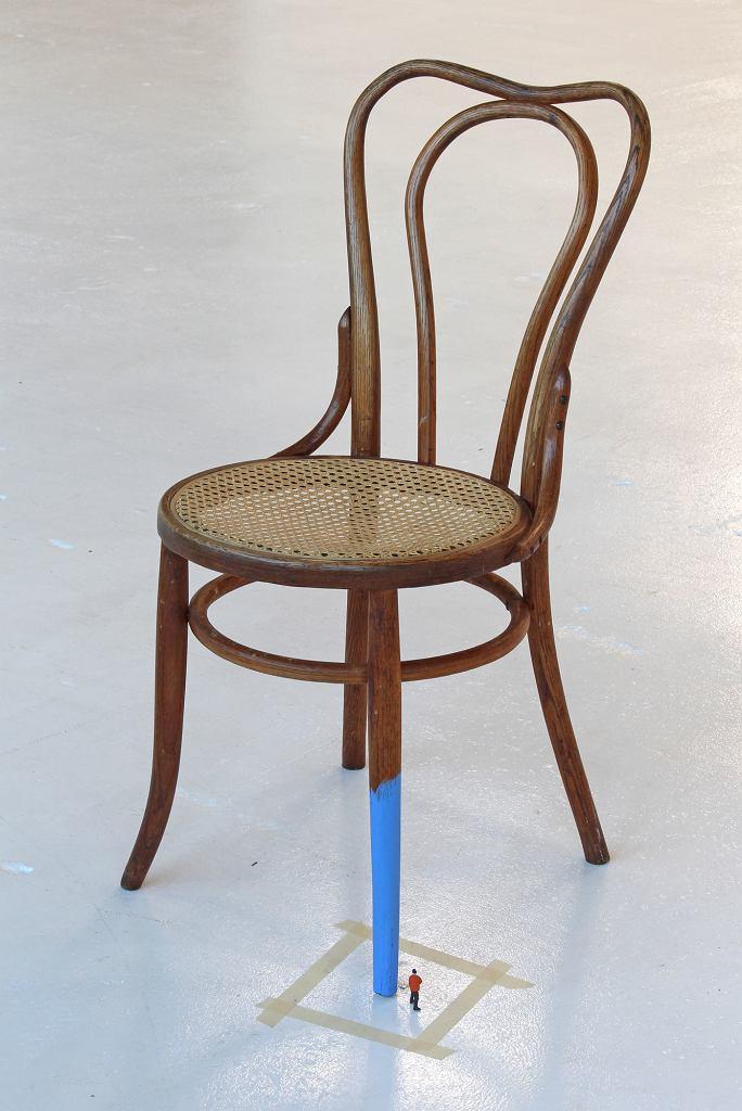 Liliana Porter, 'Bez tytułu (mężczyzna malujący krzesło III)', 2017 / Zachęta Narodowa Galeria Sztuki