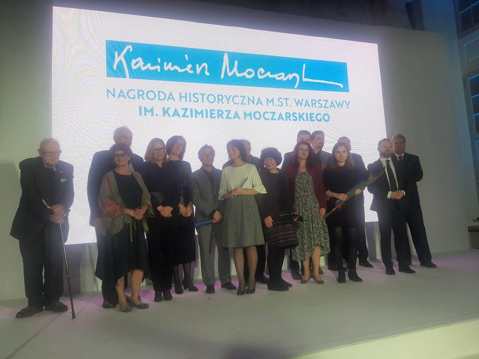 Gala Nagrody Historycznej m.st. Warszawy im. Kazimierza Moczarskiego. Na zdjęciu m.in. władze miasta Warszawy, jury i laureaci