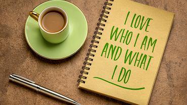Afirmacja to rodzaj narzędzia motywacyjnego, które pozwala skierować myślenie na właściwe tory i koncentrować się na dobrych emocjach. Zdjęcie ilustracyjne
