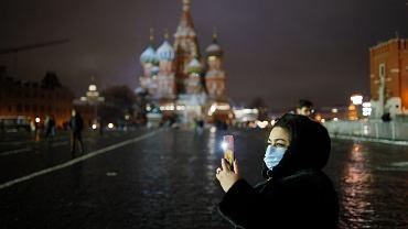 Turystka na Placu Czerwonym w Moskwie, 23 listopada 2020 r.