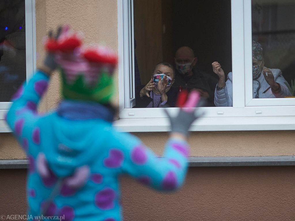 20.12.2020 r. Epidemia koronawirusa. Przed DPS-em nr 6 w Łodzi - mieszkańcy dostaną paczki, a w nich wszystko, o co poprosili w listach do św. Mikołaja