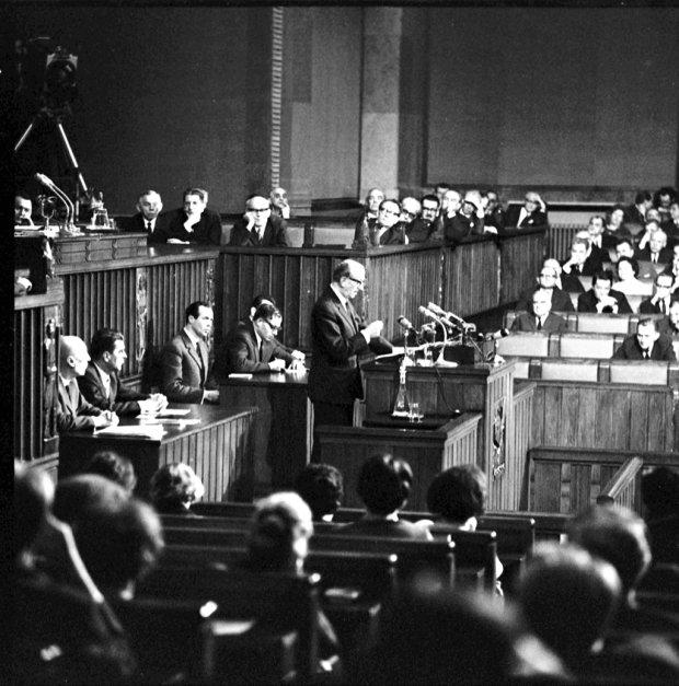 Sejm PRL nieczęsto oglądał taki popis chamstwa jak podczas wystąpienia Jerzego Zawieyskiego 10 kwietnia 1968 r. Pod adresem mówcy z sali padały szyderstwa i obraźliwe okrzyki. Z tyłu za Zawieyskim, w ławach Rady Państwa, widać Władysława Gomułkę, do którego, jak się zdawało, pisarz przede wszystkim kierował swoje przemówienie.