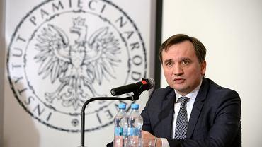 Minister Sprawiedliwości i Prokurator Generalny Zbigniew Ziobro podczas konferencji na temat planów odebrania immunitetów sędziom i prokuratorom z okresu PRL, 19 marca 2019 r.
