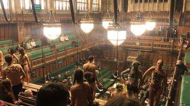Aktywiści Extinction Rebellion rozebrali się w brytyjskim parlamencie