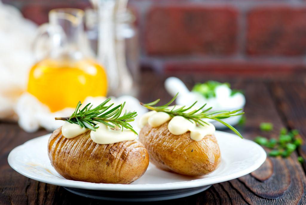 Ziemniaki Hasselback z czosnkowym masłem