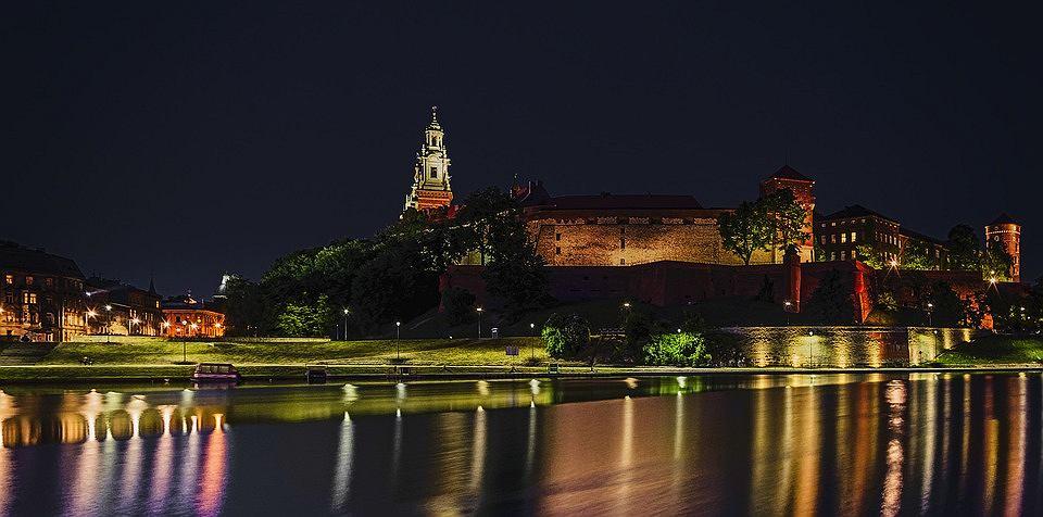 Wiele osób w Krakowie - zarówno mieszkańców, jak i turystów - spędza wieczory nad Wisłą