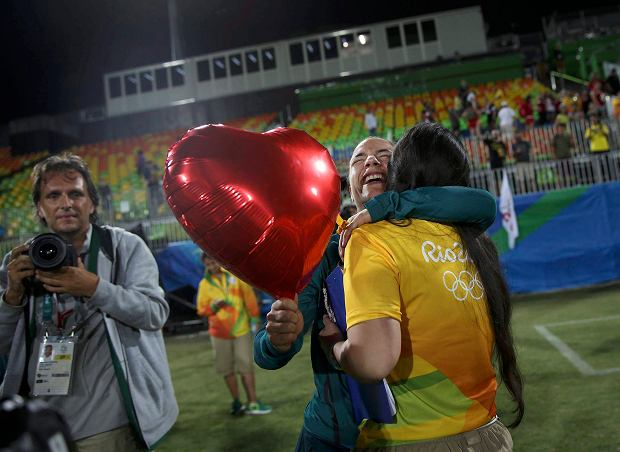 2016 Rio Olympics - Rugby - Women's Gold Medal Match Australia v New Zealand - Deodoro Stadium - Rio de Janeiro, Brazil - 08/08/2016.  Rugby player Isadora Cerullo (BRA) of Brazil hugs Marjorie, a volunteer, after receiving her wedding proposal on the sidelines of the women's rugby medal ceremony. REUTERS/Alessandro Bianchi (BRAZIL  - Tags: SPORT OLYMPICS SPORT RUGBY) FOR EDITORIAL USE ONLY. NOT FOR SALE FOR MARKETING OR ADVERTISING CAMPAIGNS.