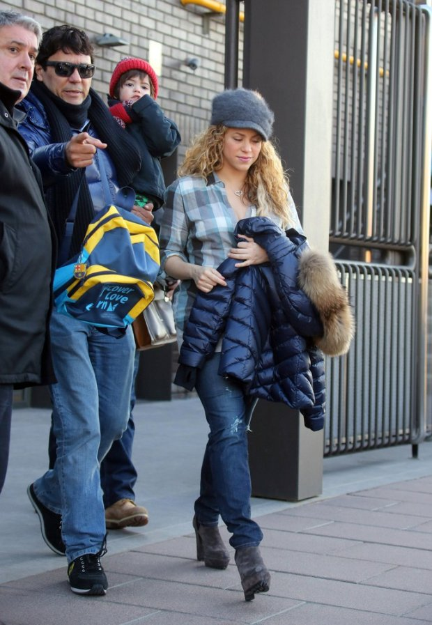 EXCLUSIVE: EXCLUSIVES PICTURES Barcelona, SPA, 09, February 2015.- Singer Shakira, Tonino (Shakiras brother) and son Milan seen walking home from school in Barcelona. Shakiras first appearance after gives birth to second child, Sasha.  Pictured: Shakira, Milan, Tonino